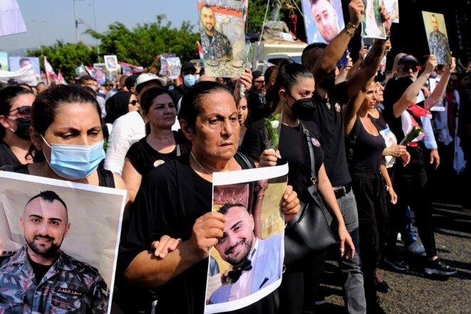 Lors de la commémoration de l'explosion, le 4 août 2021, les familles endeuillées portent les images des proches décédés. © Photo Jeanne Boustani pour Mediapart