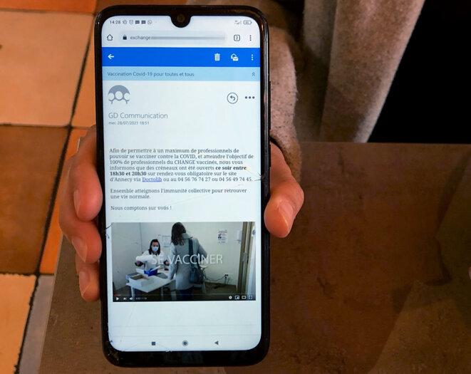 Une infirmière de l'hôpital d'Annecy montre un mail envoyé par la direction pour se faire vacciner contre le Covid-19. © YS / Mediapart