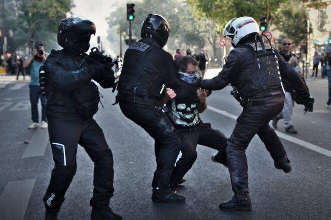 Paris, le 21 septembre 2019. Arrestation d'un manifestant par la Brav, la brigade de répression de l'action violente, lors de la marche pour le climat. © Photo Antonin Burat / Hans Lucas via AFP