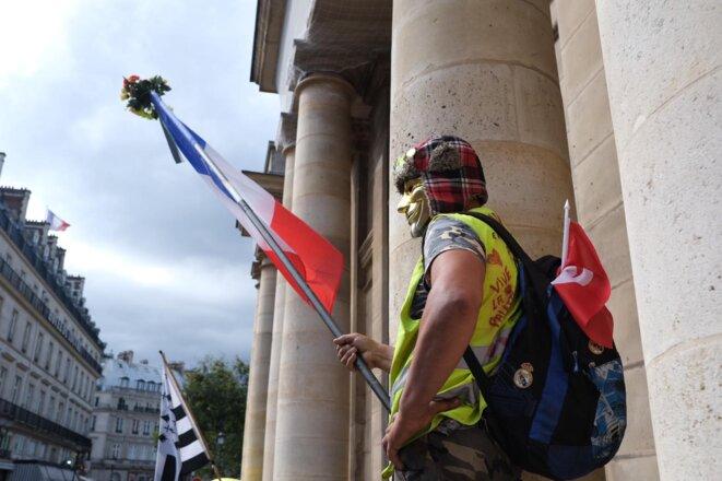 Un manifestant le samedi 7 août 2021. © IB/Mediapart
