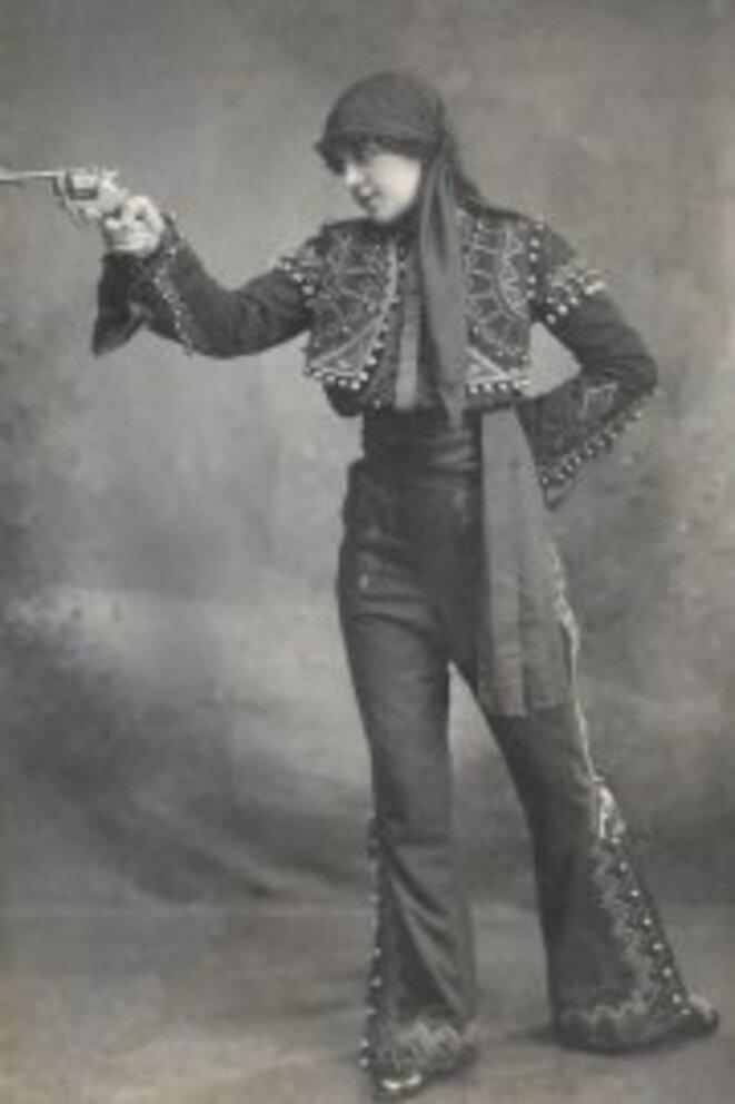 Yvonne Derlys tireuse au revolver vers 1900