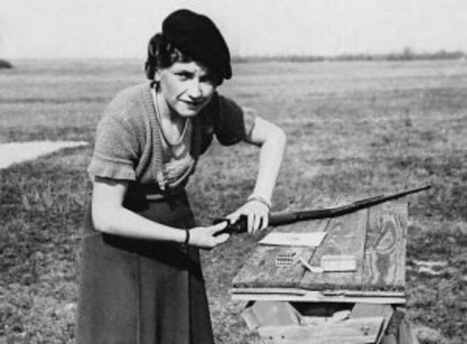 Jeune femme et sa carabine Browning vers 1960 © Photo Delcampe
