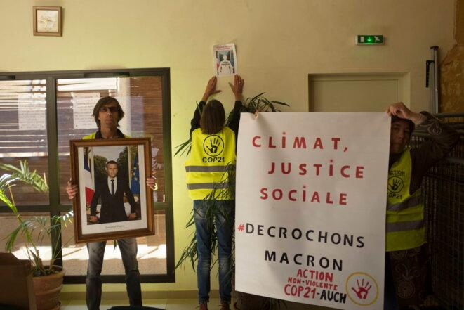 """Le 8 juin 2019, plusieurs militant·es d'ANV-COP21 Auch avaient décroché le portrait du président dans la mairie de Barran et collé une affiche où figurait l'ombre d'Emmanuel Macron et la question """"où est Macron ?"""" pour dénoncer son inaction en matière de climat."""