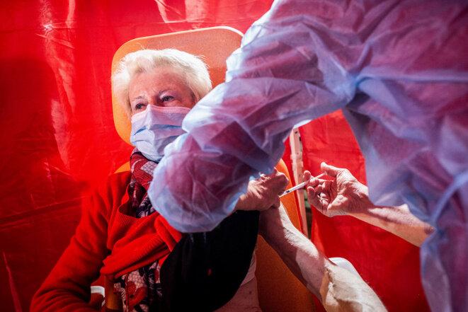Vaccination d'une femme âgée avec le vaccin Pfizer-BioNTech contre le Covid-19 dans un centre de vaccination à Ribérac en avril 2021. © Photo Burger / Phanie via AFP