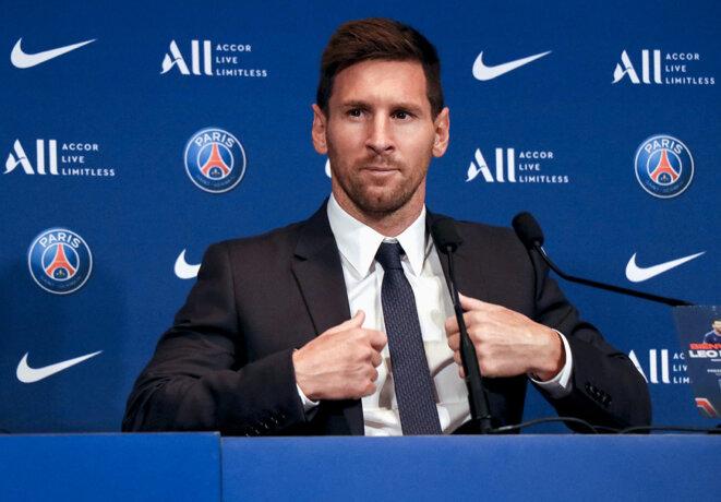 Paris, le 11 août 2021. Lionel Messi lors de la conférence de presse annonçant sa signature avec le PSG. © Photo Alaattin Dogru / Agence Anadolu via AFP
