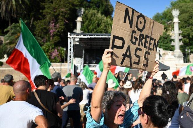 Manifestation contre l'obligation du passe sanitaire, le 7 août 2021 piazza del Popolo à Rome © Alberto Pizzoli / AFP.