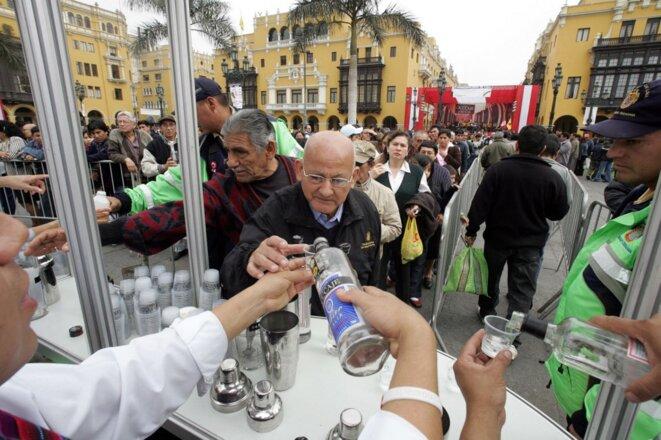 Une distribution gratuite de pisco le 24 juillet 2006 à Lima pour célébrer le Jour du pisco. © Eitan Abramovich/AFP