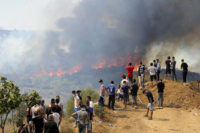 Un incendie de forêt s'étend à Beni Douala, dans la province de Tizi Ouzou, dans le nord de l'Algérie, le 11 août 2021. © Photo Mousaab Rouibi / Agence Anadolu via AFP