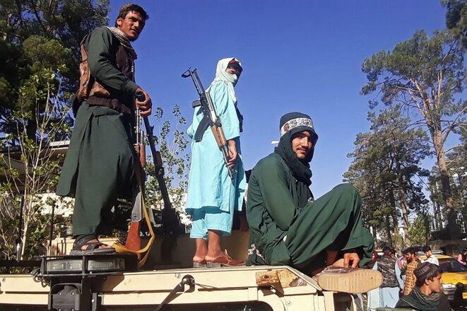 Des combattants talibans se trouvent près de Hérat, la troisième ville afghane, le 13 août 2021. © AFP