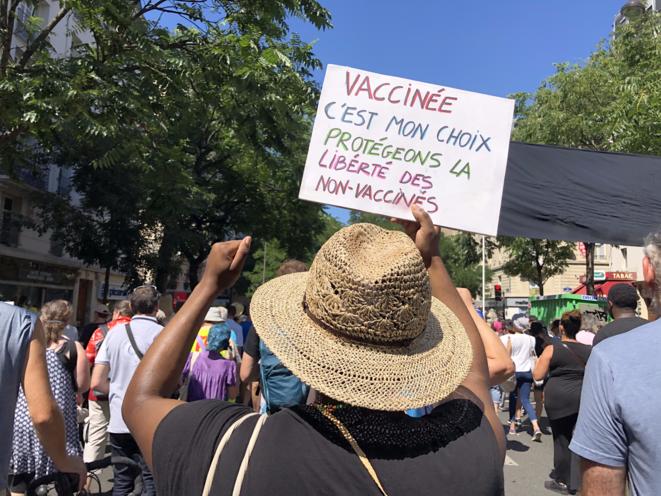 Malgré quelques pancartes appelant à la discussion entre vaccinés et non-vaccinés, dans le cortège l'ambiance générale reste au refus clair de la vaccination. © KZ