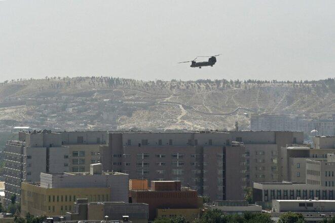 Un hélicoptère militaire américain au-dessus de l'ambassade américaine à Kaboul dimanche 15 août 2021. © Wakil Kohsar/AFP