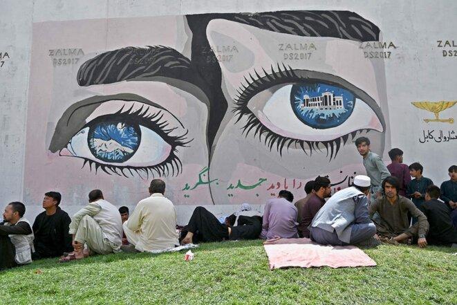 Des habitants de Kaboul assis près de l'ambassade de France, le 18 août 2021. © Photo de Wakil Kohsar / AFP