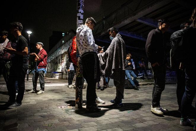 Des exilés afghans à Pantin, le 18 août 2021. © Photo Sébastien Calvet / Mediapart