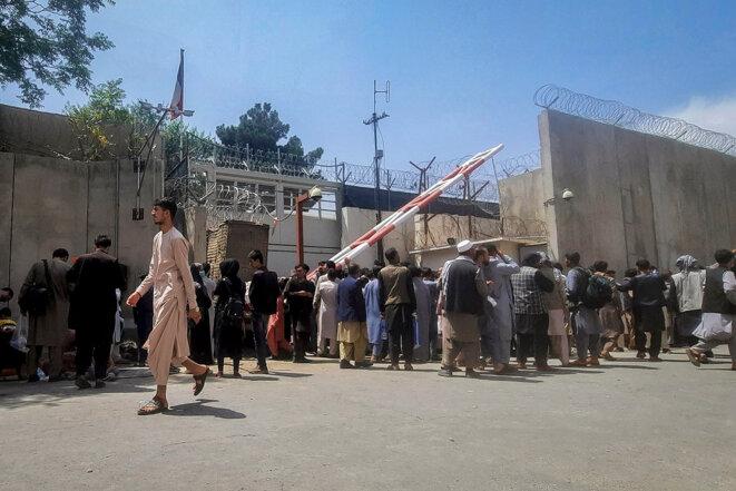 Kaboul, le 17 août 2021. Des habitants de la capitale afghane se rassemblent devant l'ambassade de France dans l'espoir de quitter le pays devant l'avancée des talibans. © Photo Zakeria Hashimi / AFP
