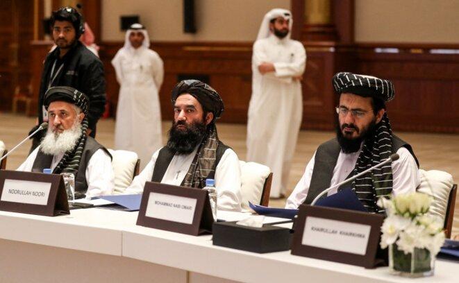 Mohammed Nabi Omari, premier à partir de la droite, lors d'une session de négociations à Doha, au Qatar, en juillet 2019. © Karim Jaafar/AFP