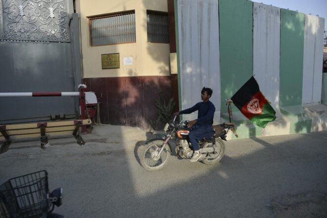 Un motocycliste arbore le drapeau afghan jeudi 19 août, jour de l'indépendance, un signe de défiance envers les talibans. © Hoshang Hashimi/AFP