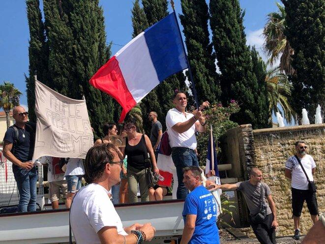 Alexandre Juving-Brunet, au centre, sur son camion lors de la manifestation contre le passe sanitaire à Toulon, le 21 août 2021. © Photo Lucie Delaporte / Mediapart