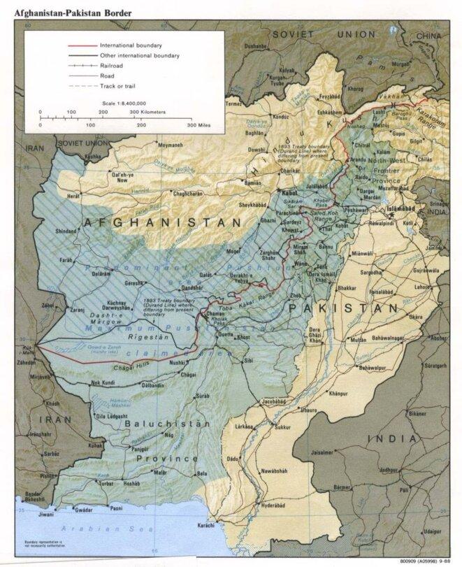 """La ligne Durand (en rouge) est définie arbitrairement en 1893 comme limite ouest des Indes britanniques, bien qu'elle divise les territoires des pachtounes et des baloutches (en bleu). Elle deviendra ensuite la frontière entre l'Afghanistan et le Pakistan. © Wikimédia, page """"ligne Durand"""""""