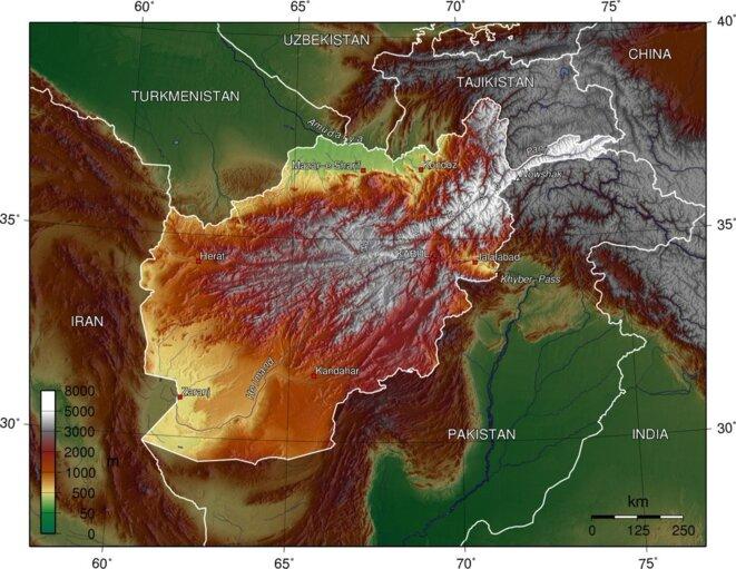 L'Afghanistan n'a pas d'accès à la mer. Le pays est bordé, par l'Iran à l'Ouest, par le Turkmenistan au Nord-Ouest, par l'Ouzbekistan au Nord, par le Tajikistan au Nord-Est et par le Pakistan au Sud et à l'Est. A l'extrême Nord-Est, l'étroit corridor du Wakhan, qui sépare le Tajikistan et le Pakistan, lie l'Afghanistan à une courte frontière avec la Chine. A l'exception du Nord-Ouest, l'Afghanistan est entourée soit de montagnes, soit de déserts © Wikimedia