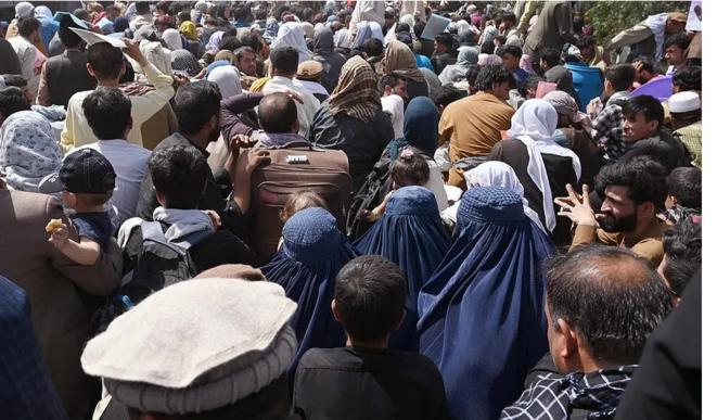 Foule se pressant vers l'aéroport de Kaboul © AFP via Getty Images