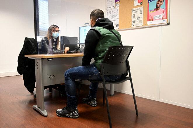 Lors de l'entretien d'un demandeur d'emploi avec sa conseillère, dans une agence Pôle emploi à Marseille, en décembre 2020. © Photo Nicolas Tucat / AFP