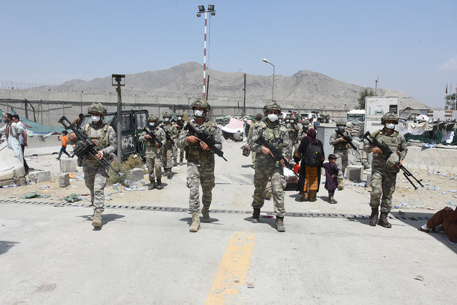 Des soldats de la force opérationnelle turque autour de l'aéroport de Kaboul, le 23 août 2021. © Photo Aykut Karadag / Agence Anadolu via AFP