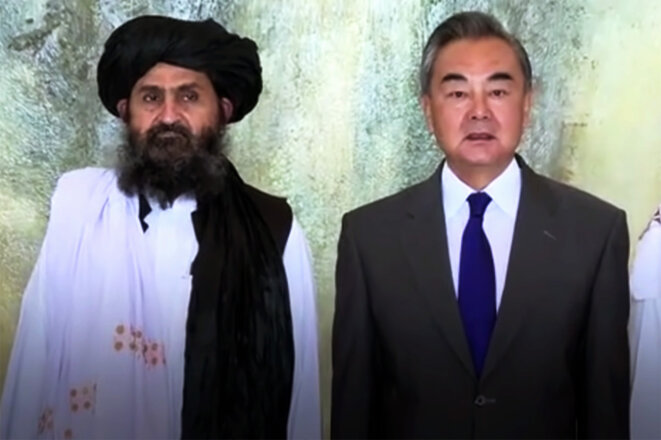 Le ministre chinois des affaires étrangères Wang Yi et le représentant des talibans, le mollah Abdul Ghani Baradar, lors de leur rencontre à Tianjin, en Chine, le 28 juillet 2021. © Capture d'écran CGTN