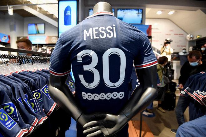 Paris, le 11 août 2021. Le maillot de Lionel Messi au PSG exposé dans le magasin du club sur l'avenue des Champs Elysées. © Photo de Bertrand Guay / AFP