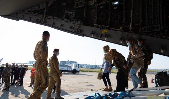 Des Afghans et des Français, transportés par les forces armées françaises, arrivent à Abu Dhabi le 26 août 2021. © Forces armées françaises/EyePress News/EyePress via AFP