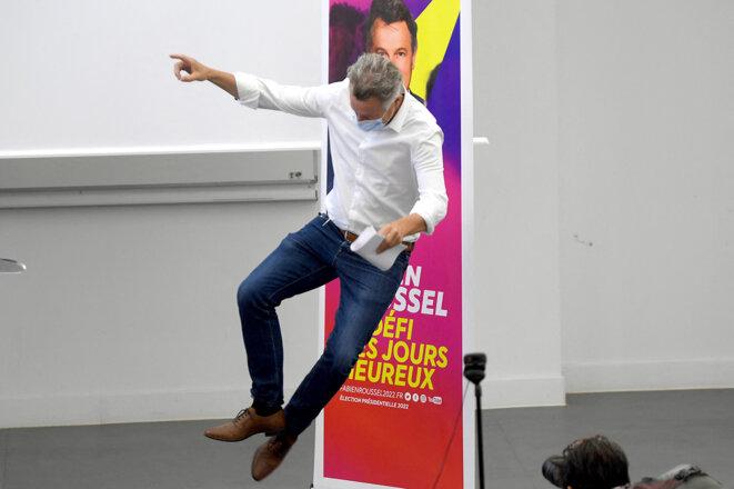Aix-en-Provence, le 28 août 2021. Fabien Roussel à son arrivée sur scène pour son discours lors de l'université d'été du PCF. © Photo de Nicolas Tucat / AFP