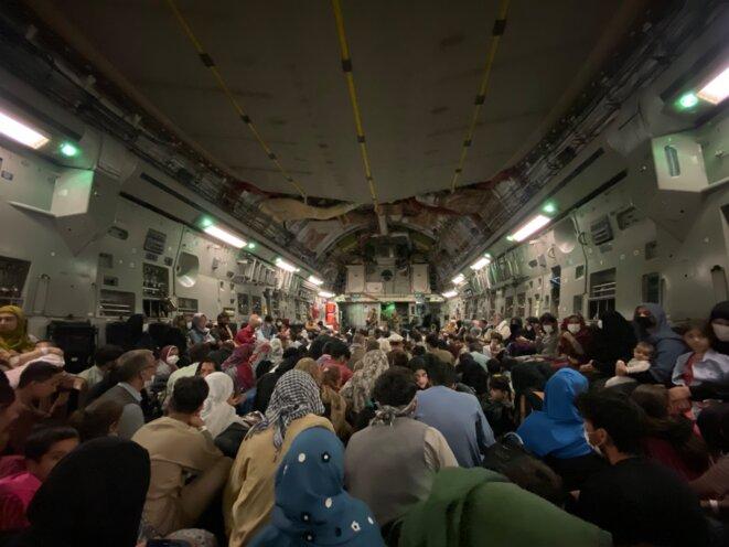 Vol militaire avec plus de 500 Afghans vers Doha depuis Kaboul, le 26 août 2021. © Photo Mortaza Behboudi pour Mediapart