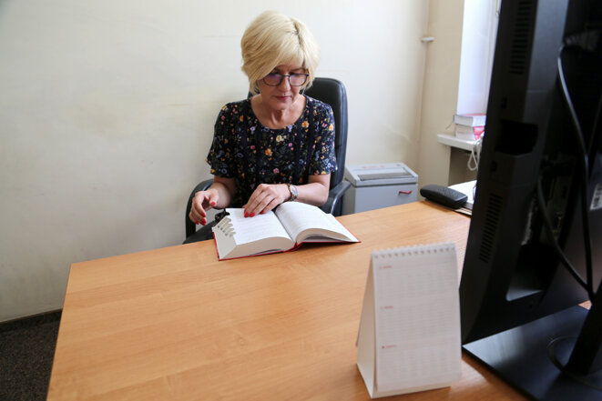 Katarzyna Kwiatkowska, procureure déléguée au parquet de Golub-Dobrzyn, dans son bureau en juin 2021. © Photo Hélène Bienvenu pour Mediapart