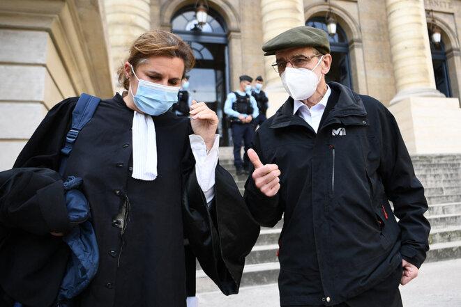 L'ancien chef du groupe séparatiste basque ETA, José Antonio Urrutikoetxea Bengoetxea, avec son avocate, Laure Heinich, au Palais de justice de Paris, le 19 octobre 2020. © Photo par Christophe Archambault / AFP