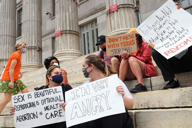 """New York, le 1er septembre 2021. Rassemblement sur les droits reproductifs au Brooklyn Borough Hall après l'entrée en vigueur de la loi texane baptisée """"Heartbeat Bill"""". © Photo Michael M. Santiago / Getty Images via AFP"""
