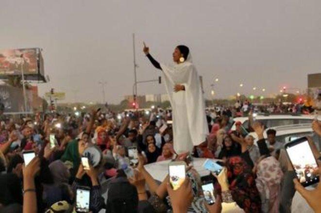 """Alaa Salah, """"icône"""" de la révolution soudanaise: ces images ont fait le tour du monde. © Crédit: Lana H. Haroun"""