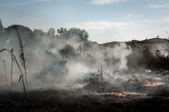 Fumées d'un incendie dans la Terre des feux, à Villa Literno, près de Naples, le 15 septembre 2019. © Photo Manuel Dorati / NurPhoto via AFP