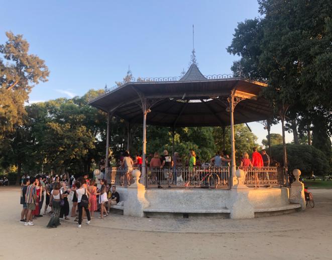 """La """"Glorieta de la transexual Sonia"""", dans le parc de la Ciudadela, à Barcelone, septembre 2021. Le kiosque a été nommé ainsi en 2003, en hommage à Sonia Rescalvo Zafra, assassinée par un groupe de skinheads néo-nazis en 1991. Il est devenu un lieu de rassemblement de la communauté LGBT+ dans la ville © LL."""