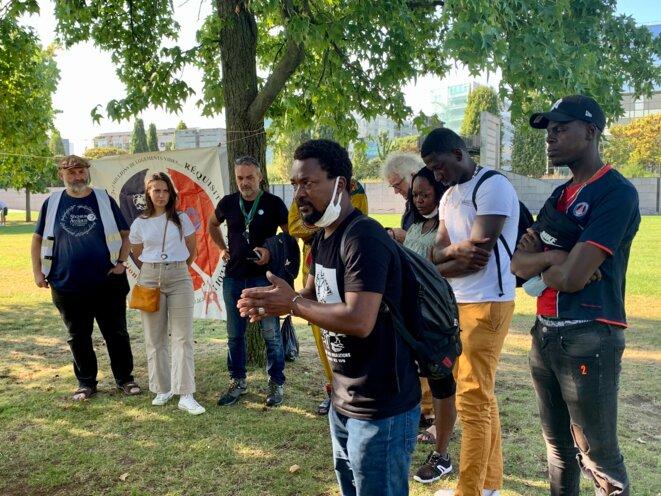 Plusieurs personnes venues témoigner, au parc André-Citroën à Paris, de l'issue de la mise à l'abri du 4 septembre. © NB