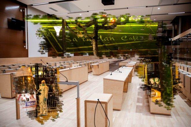 La police scientifique devant le Bataclan lors de l'enquête, le 14 novembre 2015 et la salle d'audience du procès. © Photomontage Sébastien Calvet / Mediapart avec Steven Wassenaar / Hans Lucas via AFP