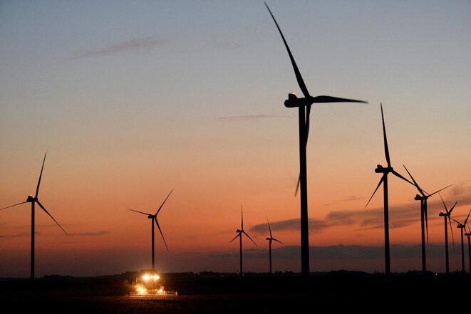 Des éoliennes dans une terre agricole à Mauloup en Beauce, en juillet 2021. © Photo Jean-François Monier / AFP