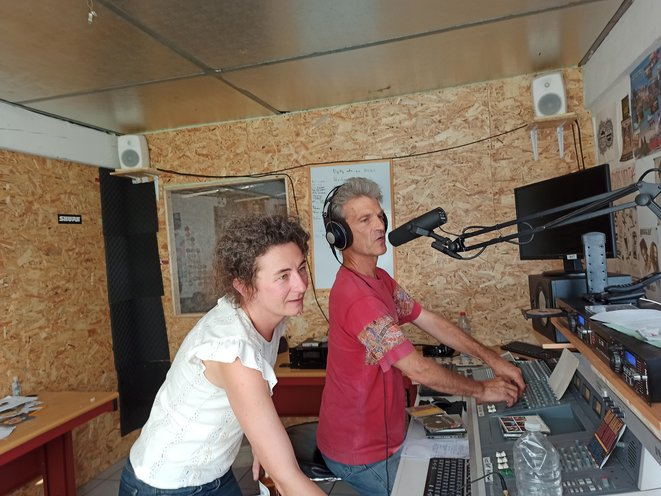 Kristina, directrice d'antenne et Alistair, animateur de « World Local » © Favier
