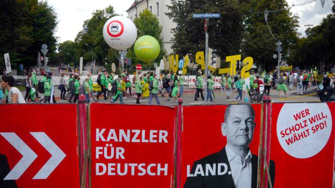 Une affiche de campagne d'Olaf Scholz (SPD) sur le parcours de la manifestation munichoise contre l'IAA, samedi 11 septembre. © Photo DH / Mediapart