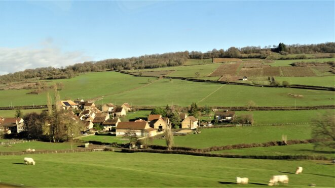 Village bourguignon vu du TGV © Jeanne Menjoulet
