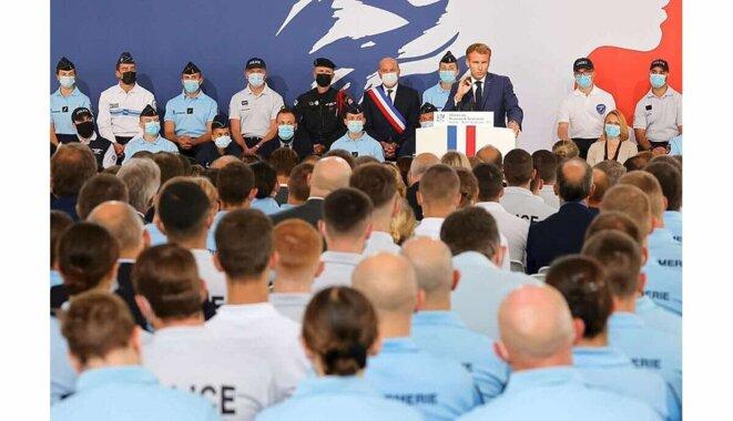 Emmanuel Macron à l'Ecole Nationale de Police de Roubaix, devant policiers et gendarmes [Le Progrès, photo Ludovic Marin AFP]