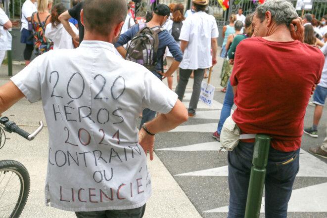 Le 9 septembre 2021 à Valence, des soignants de l'hôpital manifestent devant le siège de l'ARS contre l'obligation vaccinale. © Nicolas Guyonnet / AFP