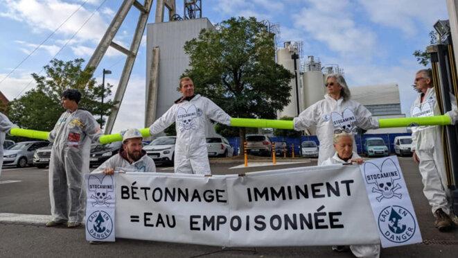 Dans le cadre d'actions contre la réintoxication du Monde, des militants ont bloqué le site de Stocamine, vendredi 17 septembre 2021