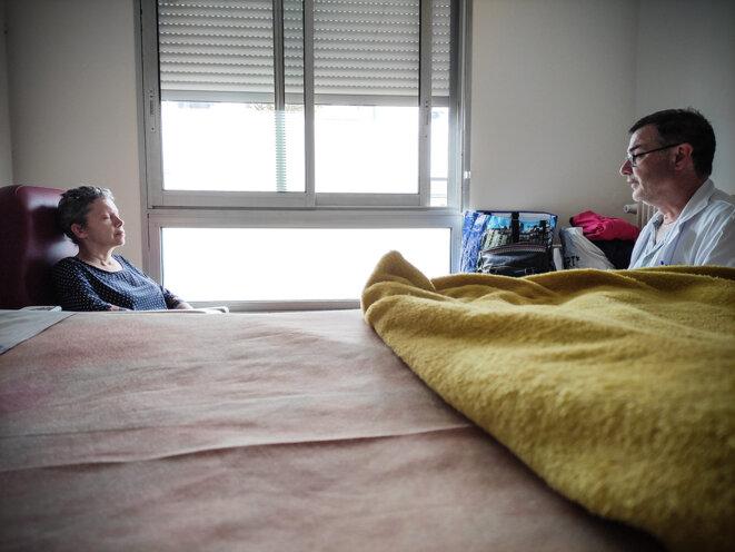 Le chef de service des soins palliatifs de l'hôpital de Guingamp, Stéphane Juquin, travaille la pleine conscience avec sa patiente, Alexandra Veillard. © Photo Sarah Boucault pour Mediapart
