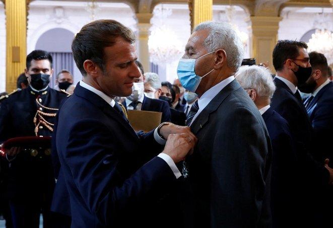 President Emmanuel Macron awarding Harki veteran Salah Abdelkrim the Légion d'honneur, September 20th 2021. © Gonzalo Fuentes / Pool / AFP