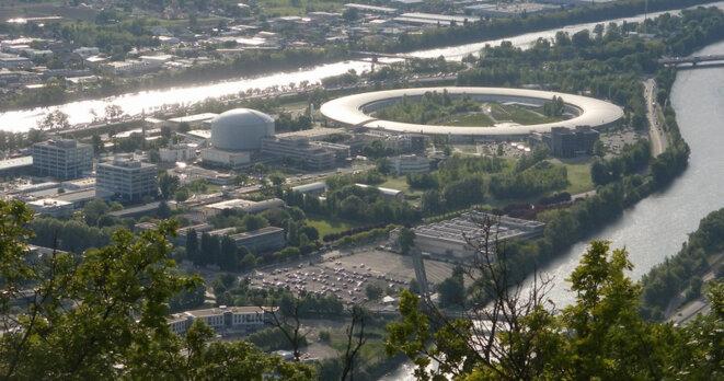 L'ESRF est l'un des quinze synchrotrons existants dans le monde et l'un des deux en France. Basé à Grenoble, il compte 44 lignes de lumière.