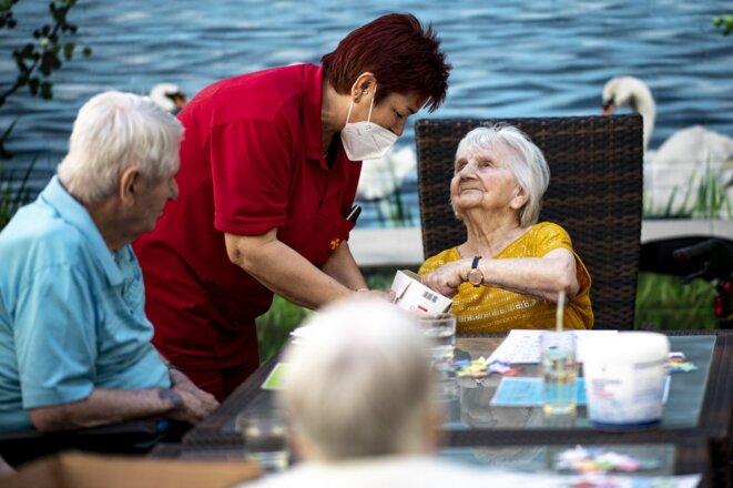 Dans une résidence pour personnes âgées à Neuruppin (Brandebourg), le 3 juin. © Fabian Sommer / dpa Picture-Alliance via AFP